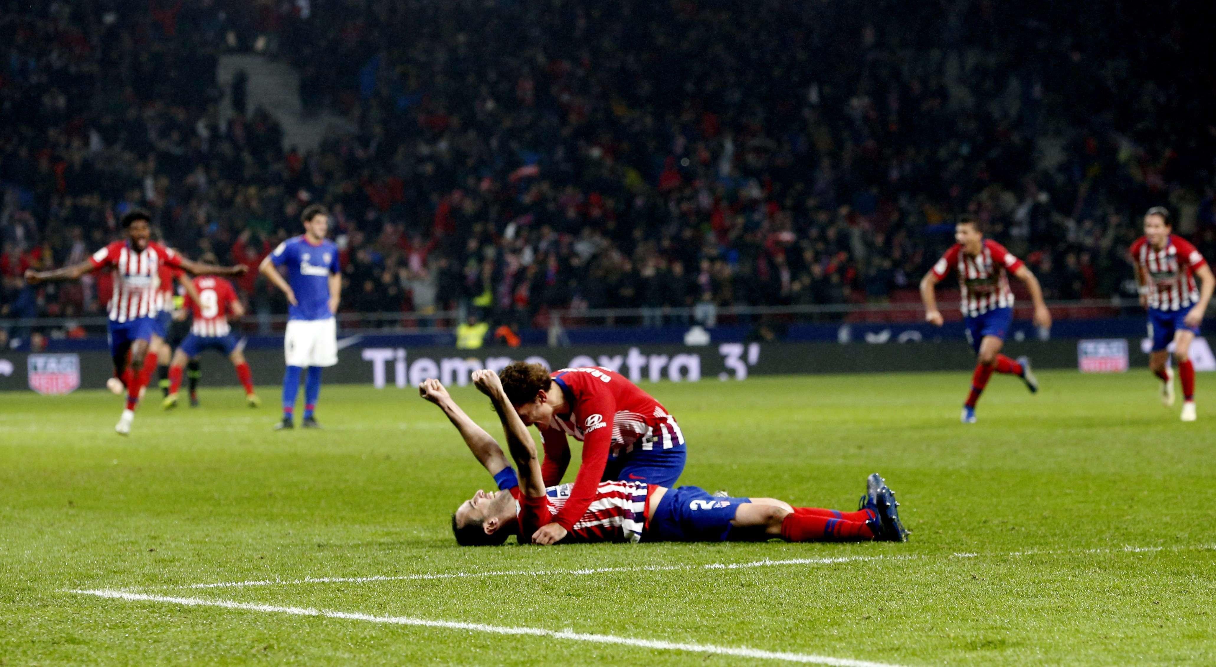 Diego Godín festeja tirado sobre el césped su gol. /Efe