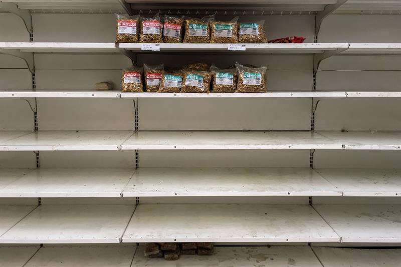 Fotografía de los estantes parcialmente vacíos de un supermercado el 28 de agosto de 2018, en Caracas (Venezuela). EFE/Archivo
