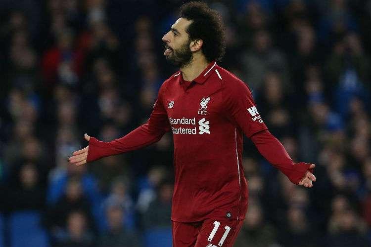 Mohamed Salah celebra al anotar el gol de penal.