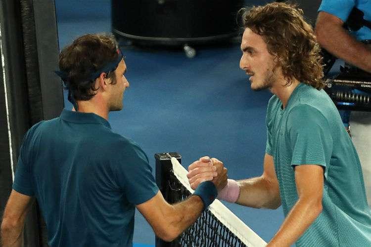 Stefanos Tsitsipas (der.) saluda a Roger Federer luego de vencerlo en el Abierto de Australia. Foto: AP