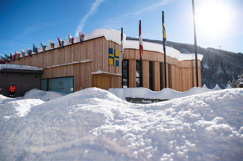 La nieve cubre los alrededores del centro de congresos de Davos, durante los preparativos para el Foro Económico Global. EFE