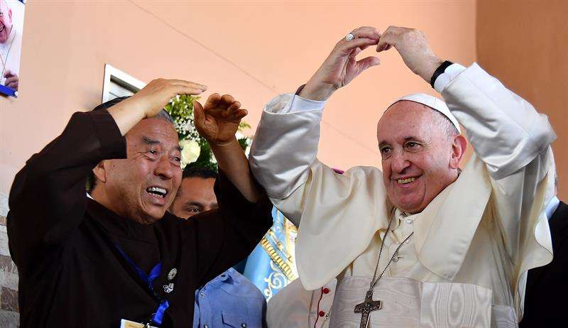El Papa Francisco, junto con John Oh Woong-Jin (i), fundador de la Congregación de los Hermanos y Hermanas Kkottongnae de Jesús-Filipinas, durante su visita a la Casa Hogar 'El Buen Samaritano' en Ciudad de Panamá. EFE