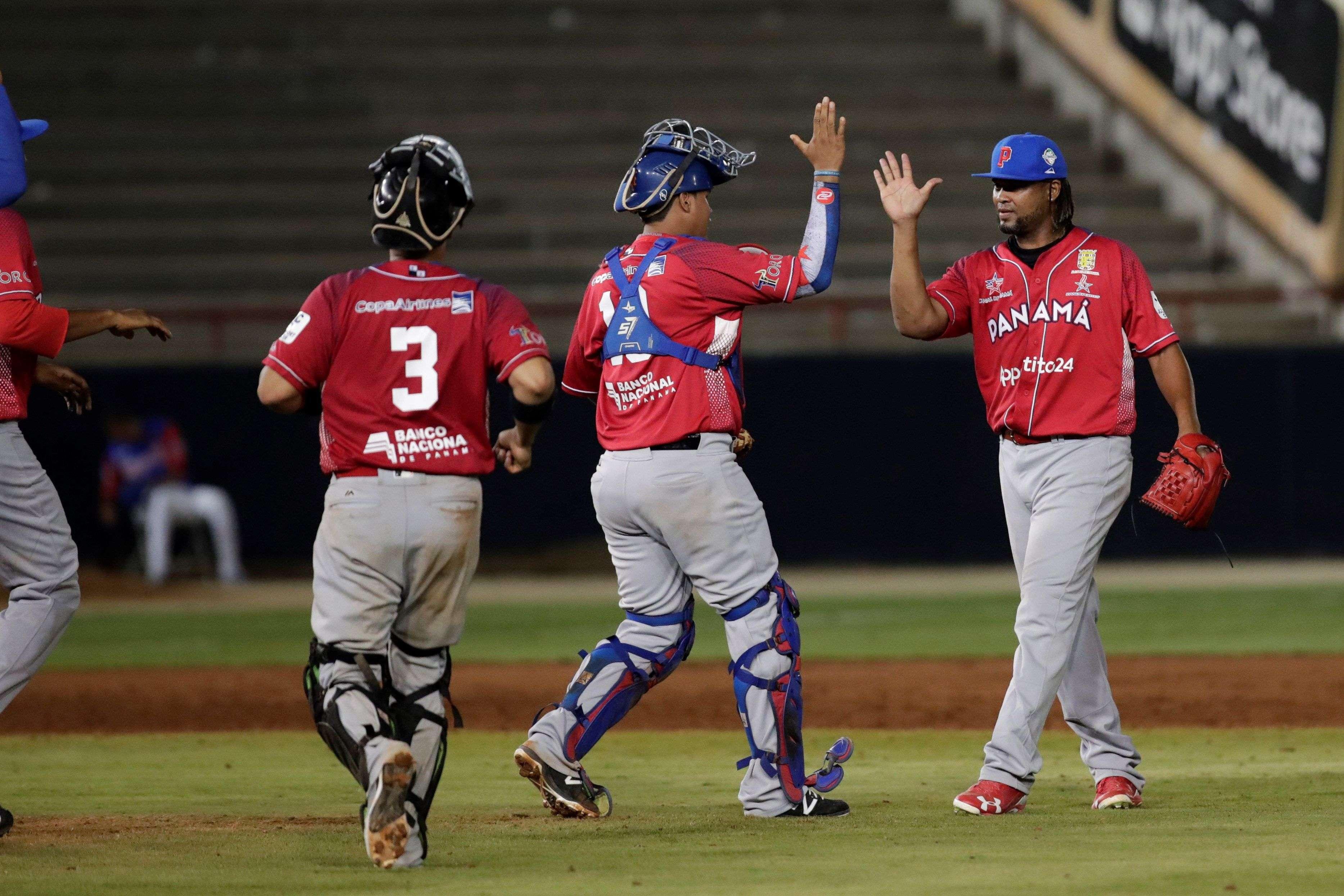 Manuel Corpas (d) de Panamá celebra tras ganar 8-7 a Puerto Rico este miércoles, durante un partido de la Serie del Caribe 2019 en el Estadio Nacional Rod Carew en la Ciudad de Panamá (Panamá). EFE