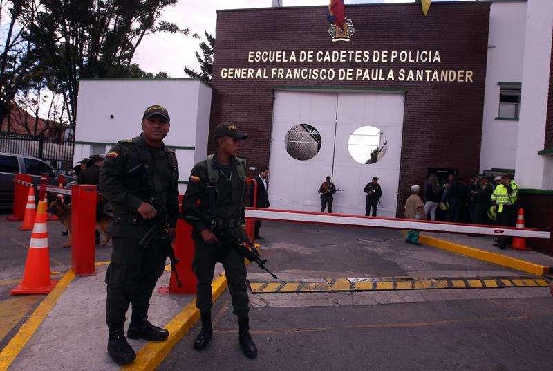Personal de la Policía es visto en la entrada de la Escuela General Santander donde un carro bomba causó una explosión el pasado 17 de enero en Bogotá (Colombia). EFE/Archivo