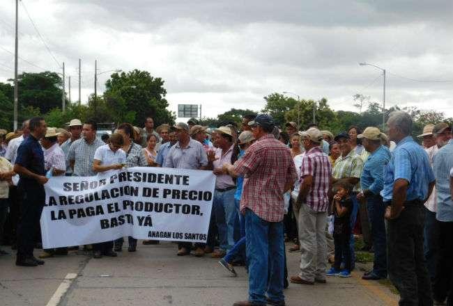 Esta no es la primera vez que los produstores agrícolas y ganaderos protesta en el puente sobre el río La Villa. Foto: Archivo