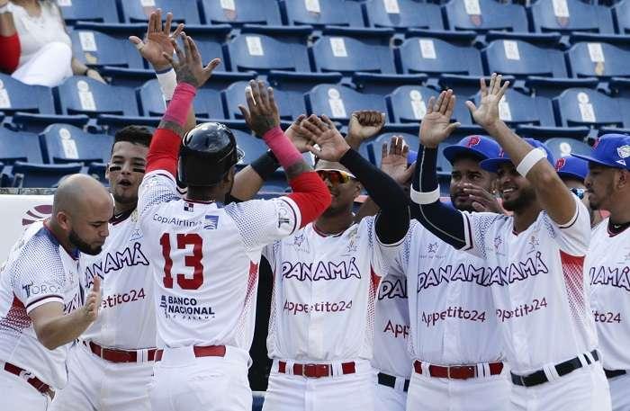 Los jugadores de los Toros de Herrera (Panamá) celebran una de las anotaciones./ AP