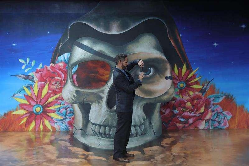 Fotografía del 7 de febrero de 2019, que muestra a un hombre en una atracción del Museo Trick Eye, en Ciudad de México (México). EFE