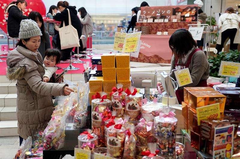 Una mujer compra chocolates, este jueves, con motivo de San Valentín en Tokio (Japón). EFE
