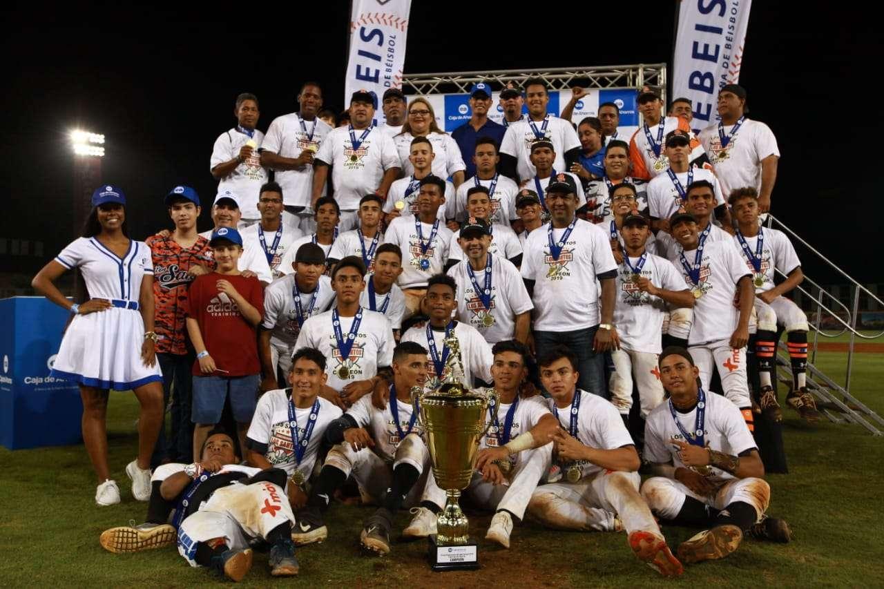 Los santeños posan con el trofeo que les acredita como campeón. /Foto: Anayansi Gamez