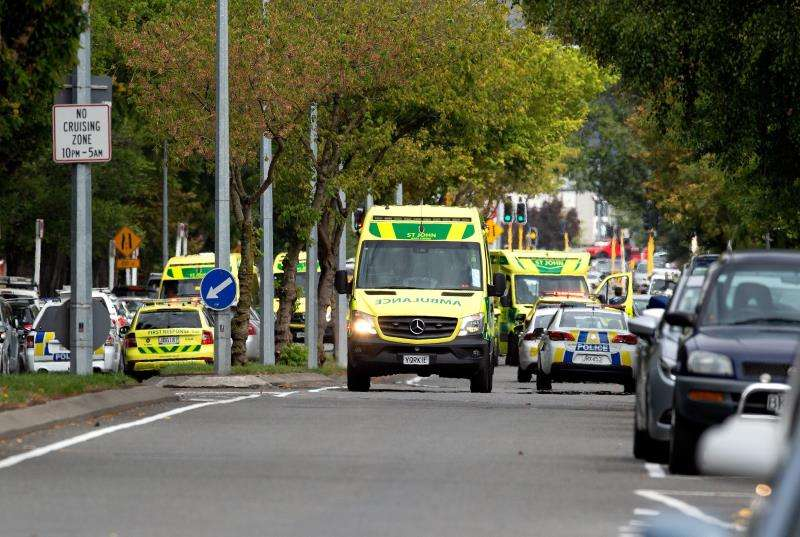 Ambulancias y policías fuera de la mezquita después de un tiroteo que resultó en múltiples muertes y lesiones, este viernes en Masjid Al Noor en Deans Avenue, en Christchurch (Nueva Zelanda). EFE