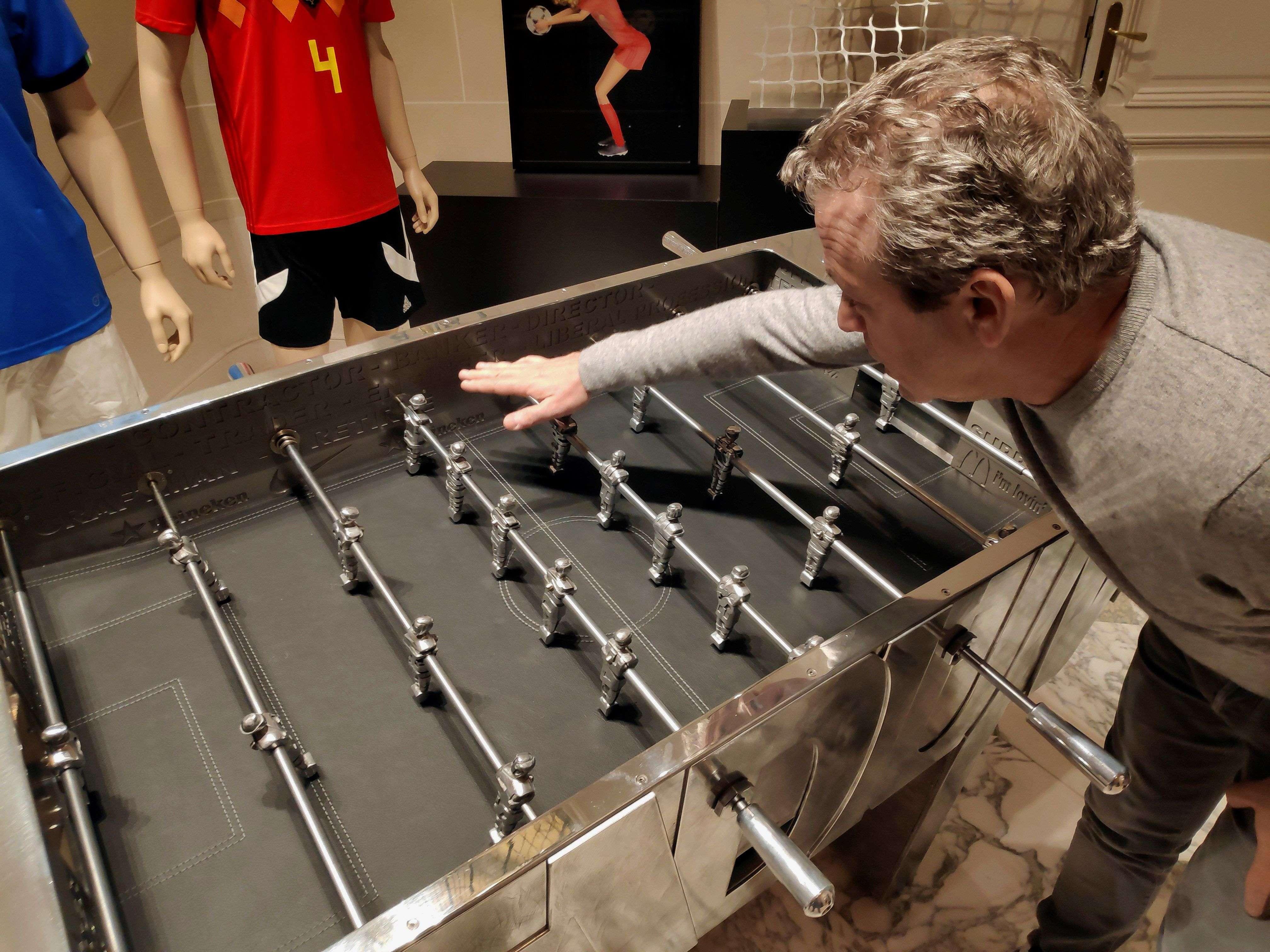 El futbolín en cuestión es obra en metal del escultor francés Stefane Cipre./EFE