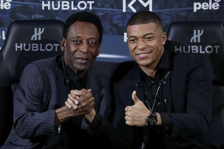 Kylian Mbappé (dcha.) y Pelé en un acto publicitario.Foto: EFE