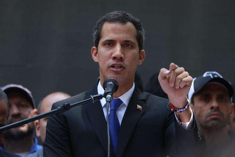 El jefe del Parlamento, Juan Guaidó, reconocido como presidente interino de Venezuela por unos 60 países, habla a sus seguidores, este miércoles en la sede de acción democrática en Caracas (Venezuela). EFE