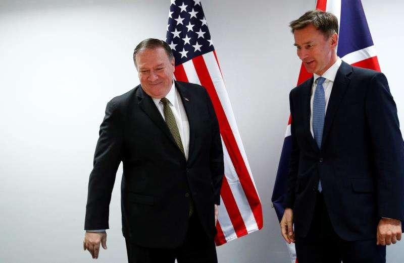 El ministro británico de Exteriores, Jeremy Hunt (d), se reúne con el secretario de estado estadounidense, Mike Pompeo (i), en el marco del Consejo de Ministros de Exteriores de la Unión Europea que se celebra, este lunes, en Bruselas (Bélgica). EFE