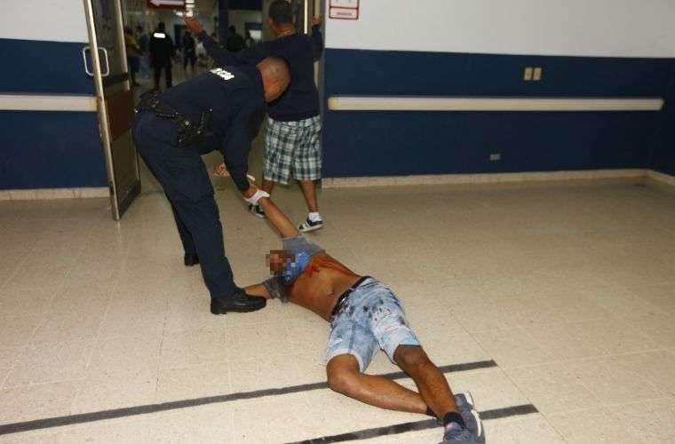 No logró caminar hasta la camilla, se cayó antes de llegar a la sala de operaciones. Foto: Alexander Santamaría