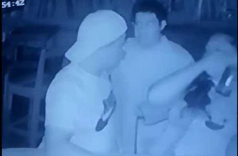 La acción se dio dentro de un lugar de esparcimiento, mientras se consumían bebidas alcohólicas. Foto: Captura de video