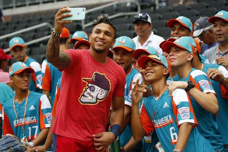 Johan Camargo se saca su 'selfie' con los representantes de América Latina. / Foto AP