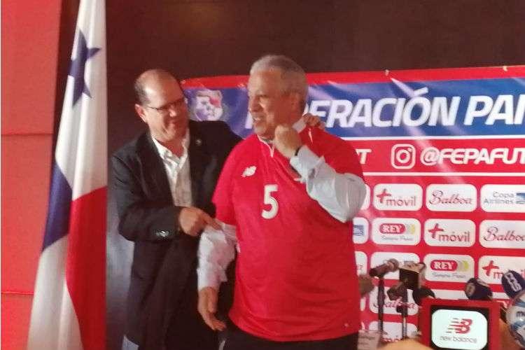 Américo Gallego cuando se puso la camiseta de la Selección Nacional de Fútbol de Panamá. Foto: Maricarmen Camargo