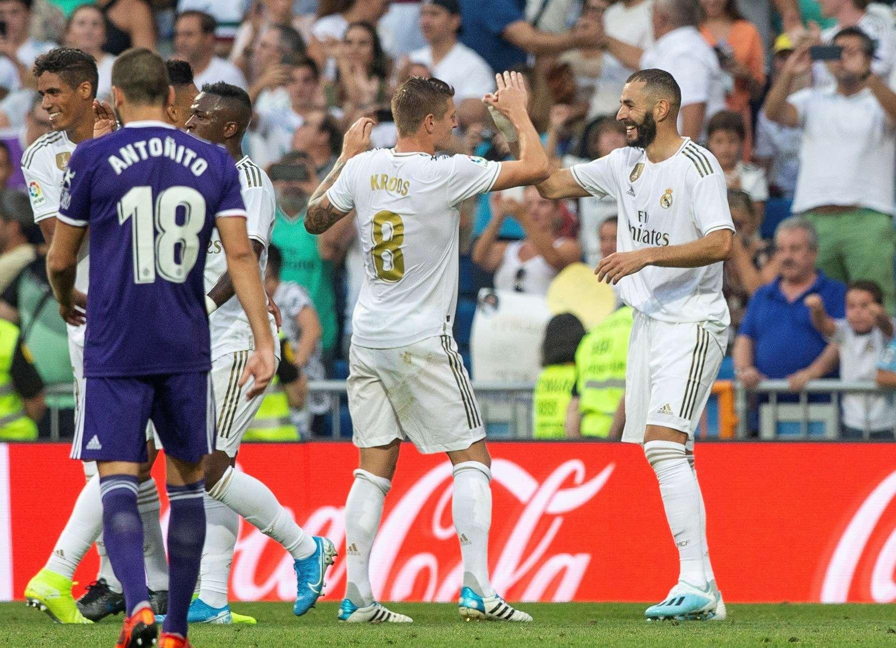 l jugador francés del Real Madrid Karim Benzema (d) y Toni Kroos (i), celebran el gol de Benzema ante el Real Valladolid. Foto: EFE