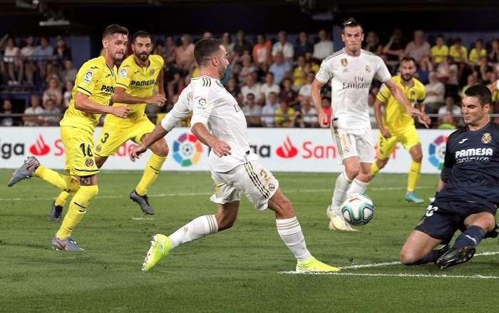 Daniel Carvajal (c1) realiza la asistencia del gol de Gareth Bale (c2) ante el Villarreal. /EFE