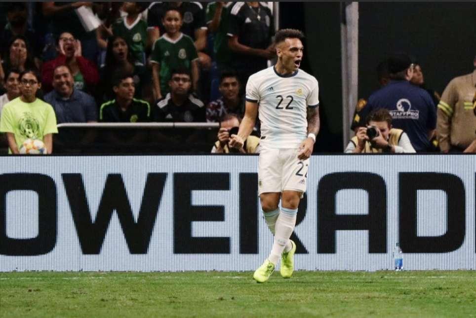 Lautaro Martínez se burló de la defensa mexicana. / AP