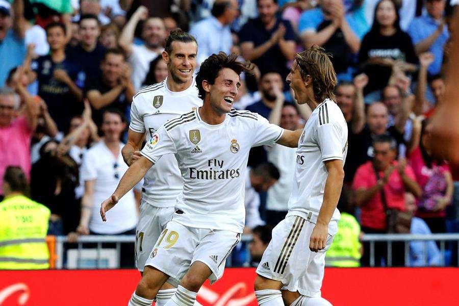 Luka Modric (d) celebra con sus compañeros Álvaro Odriozola (c) y Gareth Bale (i) su gol. EFE