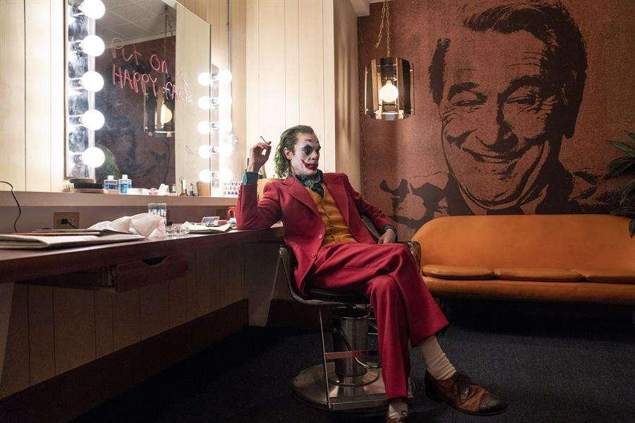 Fotograma cedido por Warner Bros. donde aparece el actor Joaquin Phoenix como Arthur Fleck, durante una escena de la esperada película Joker. EFE