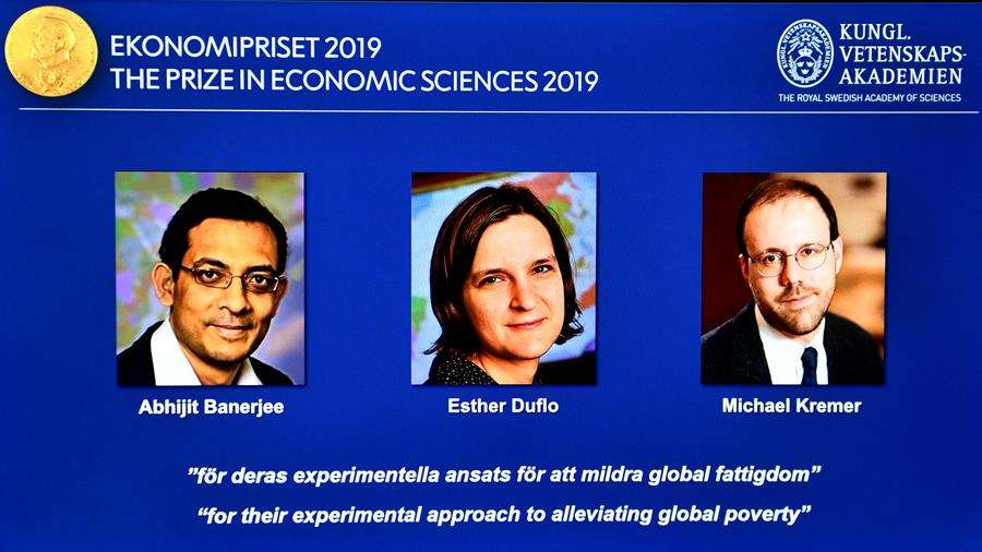 De izquierda a derecha, imágenes de Abhijit Banerjee, Esther Duflo, y Michael Kremer, galardonados este lunes con el Premio Nobel de Economía. EFE