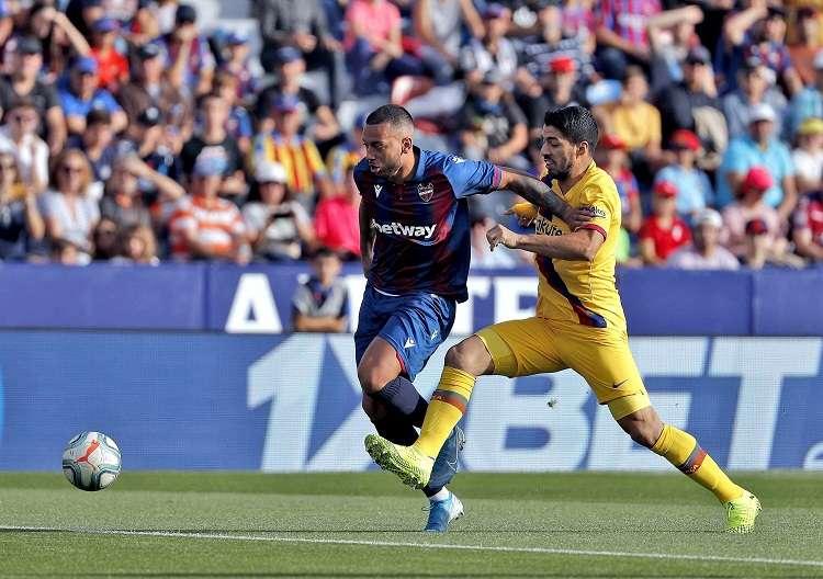 delantero uruguayo del Barcelona Luis Suárez (d) durante el partido de la décimo segunda jornada de LaLiga. Foto: EFE