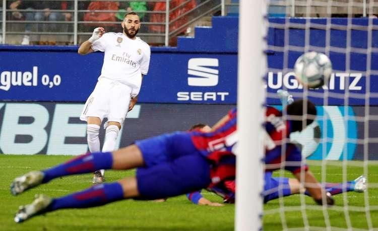 El Francés del Real Madrid, Karim Benzema (i), marca un gol en el partido ante el Eibar. Foto: EFE