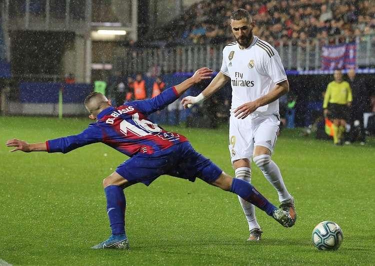 El delantero francés del Real Madrid Karim Benzema (d) disputa un balón con Pablo De Blasis. Foto: EFE