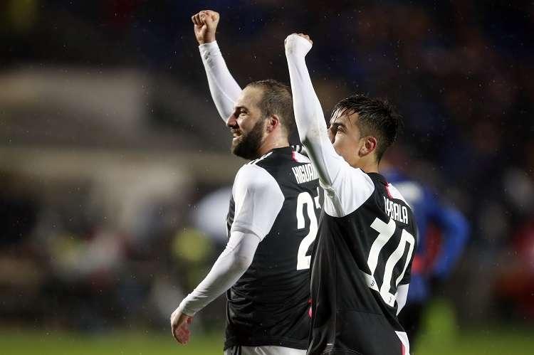 Gonzalo Higuaín y Paulo Dybala celebran  su anotación. Foto: AP