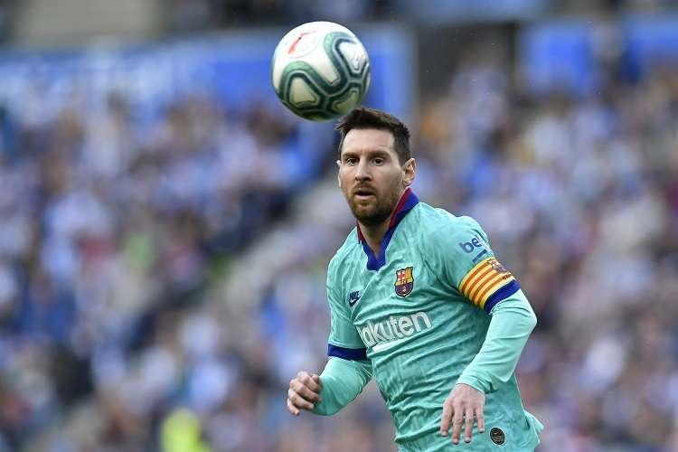 Lionel Messi domina el balón durante un partido de la Liga Española. Foto: AP