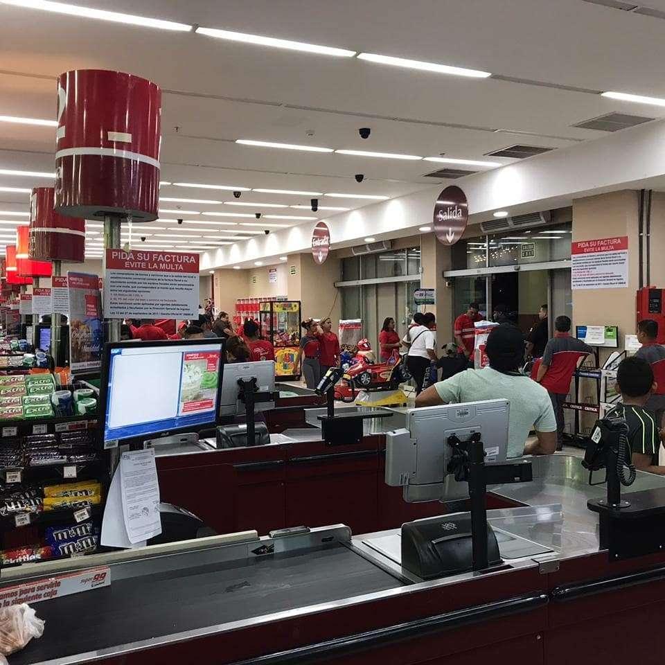 Cuando escaparon los maleantes, como medida de seguridad, se cerraron las puertas del supermercado hasta que llegó la Policía Nacional.