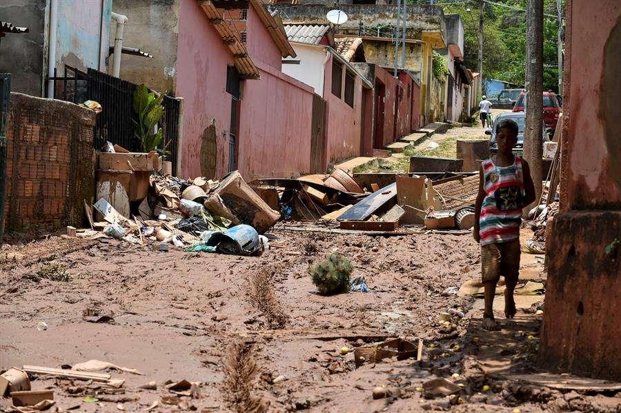 Vista este lunes, de los daños causados por el desbordamiento del río Das Velhas, tras las lluvias torrenciales, en Sabara. EFE