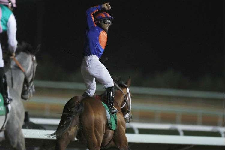 Luis Sáez celebra el triunfo de la carrera. Foto: AP