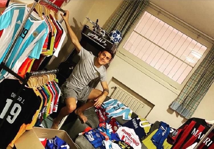 Dybala enseñó su inmensa colección de camisetas (Instagram)