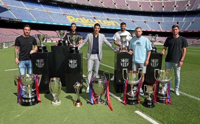 Luis Suárez (3-i) posa para los fotógrafos con los trofeos conseguidos con el Barcelona. /EFE