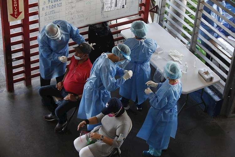 Personal médico realiza pruebas de coronavirus