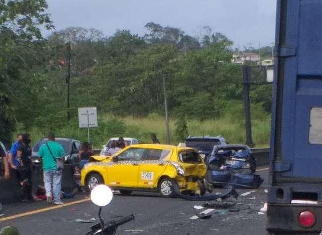 El taxi quedó con la parte delantera y trasera destruida, y fue el vehículo que resultó con más daños en su carrocería.