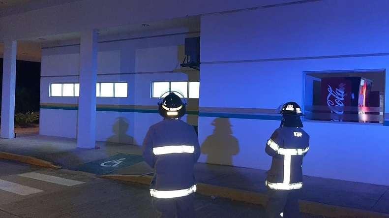 Unidades del Cuerpo de Bomberos inspeccionan estructuras tras sismo.
