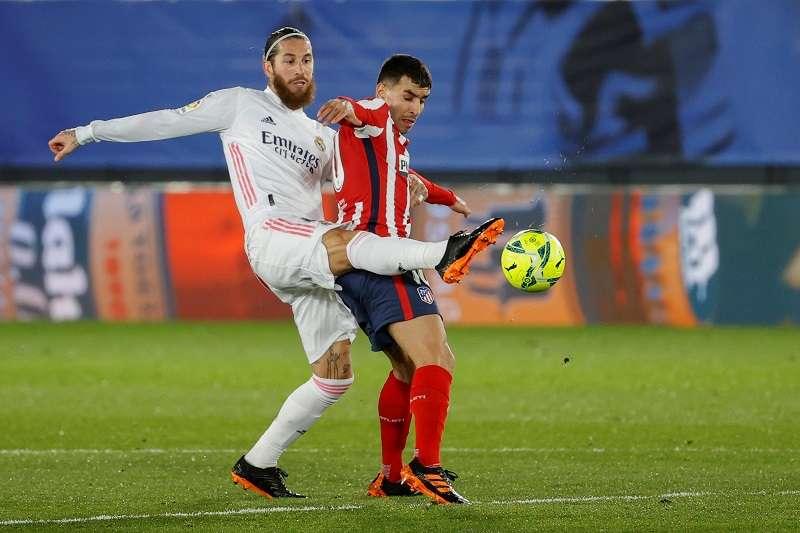 Sergio Ramos (izq.), capitán del Real Madrid. /EFE