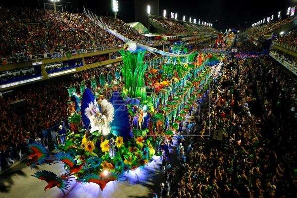 Integrantes de la escuela de samba del Grupo Especial Portela desfilan este martes 5 de marzo de 2019, en la celebración del carnaval en el sambódromo de Río de Janeiro (Brasil). EFE