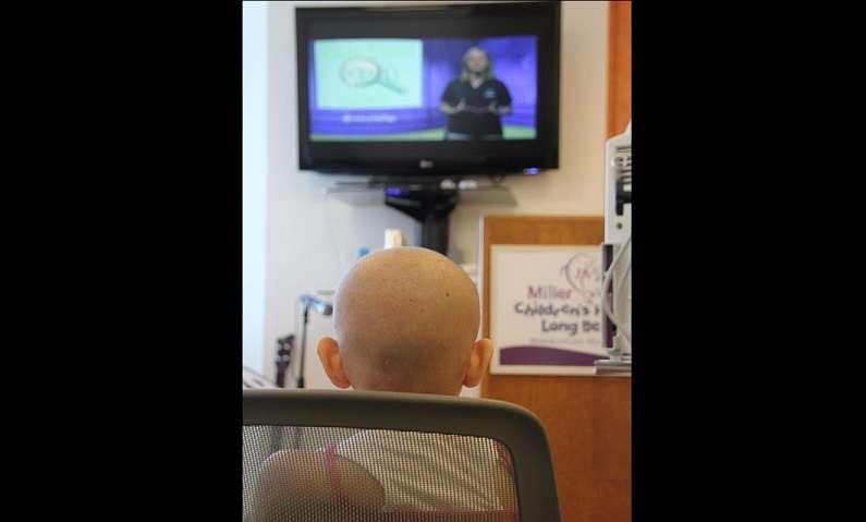 Imagen de archivo de una paciente en tratamiento contra la leucemia mientras ve la televisión. EFE