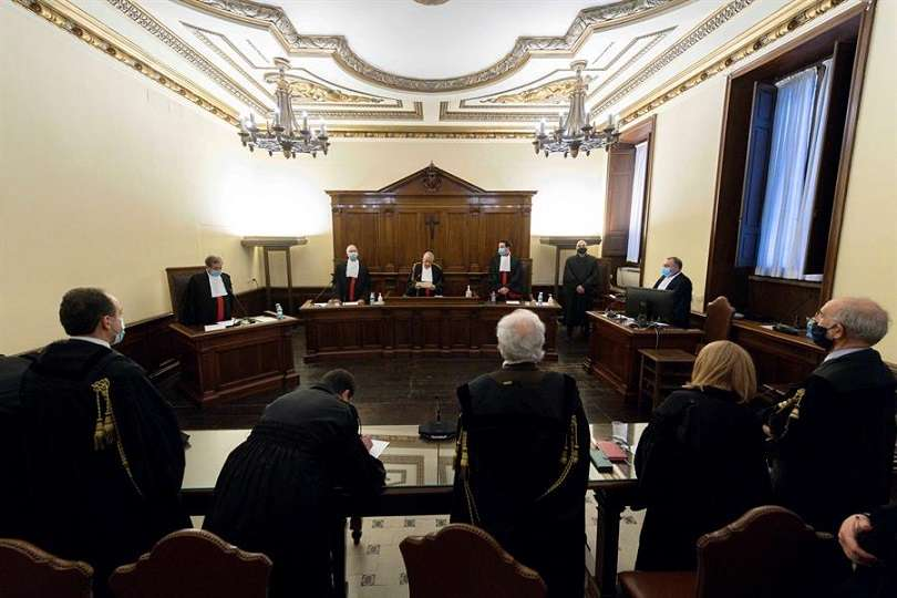 Los tres acusados han sido inhabilitados para ejercicio de cargo público en el Estado pontificio. EFE