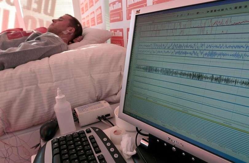 Un paciente se somete a un estudio en una unidad del sueño. EFE