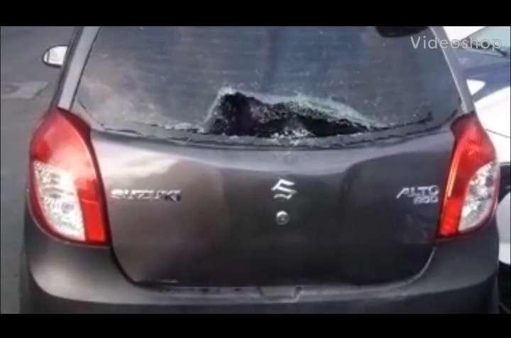 Auto con los vidrios rotos a consecuencia de la pelea. (Foto:CON)