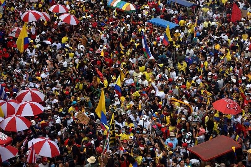 Miles de personas marcharon el 20 de mayo de 2021 durante una nueva jornada del Paro Nacional en contra del Gobierno de Iván Duque y la violencia policial, en Cali (Colombia). EFE