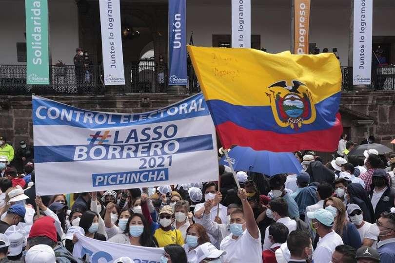 Cientos de seguidores animan al nuevo presidente de Ecuador, Guillermo Lasso, a su legada al Palacio de Carondelet, en Quito (Ecuador). EFE