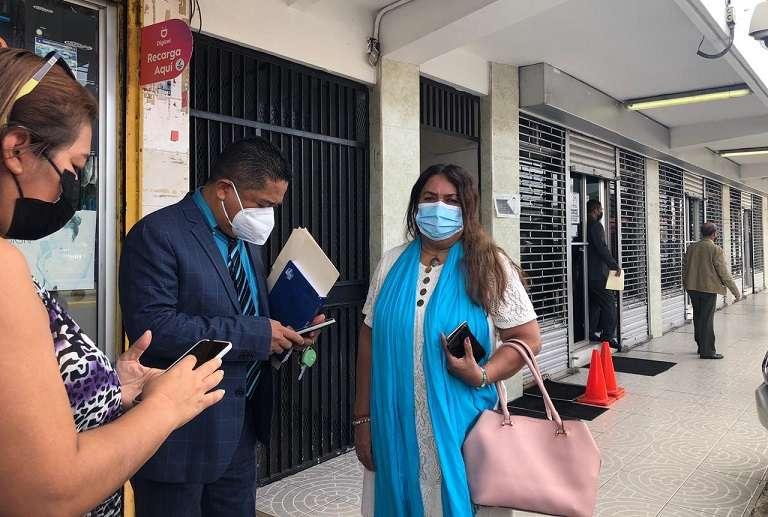 En la imagen aparece la educadora Fulvia Ábrego, a su salida del Tribunal.